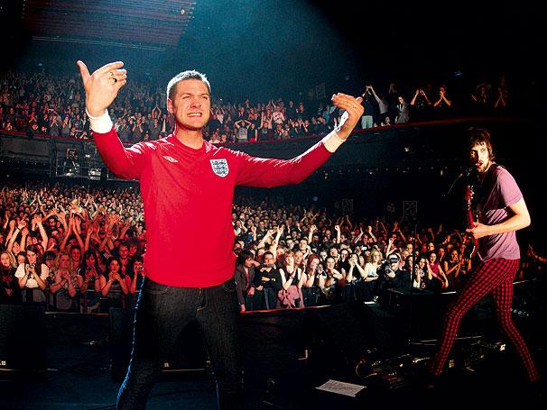 O vocalista Tom Meighan com a camisa inglesa