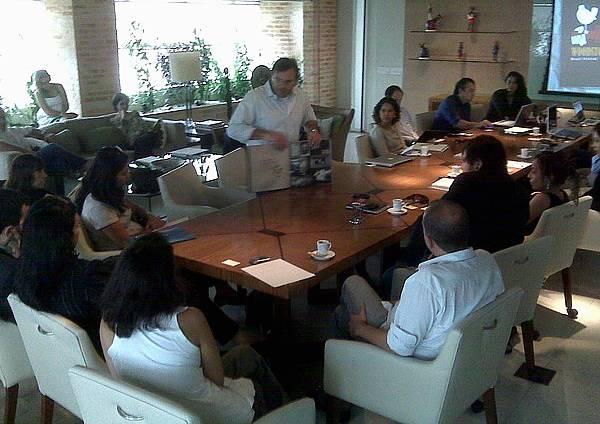 Foto de reunião na produtora divulgada no Twitter de Eduardo Fischer