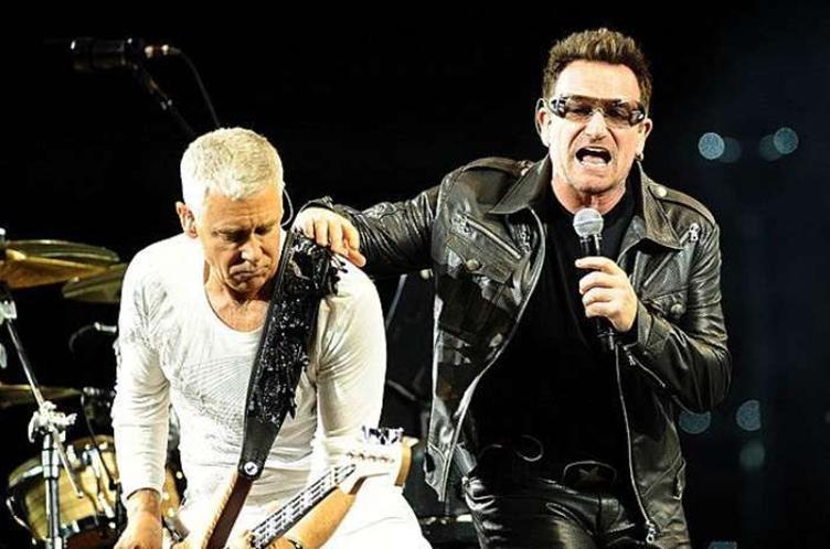 O baixista Adam Clayton e Bono durante apresentação em Turim, na Itália - Foto: AP - 06/08/2010