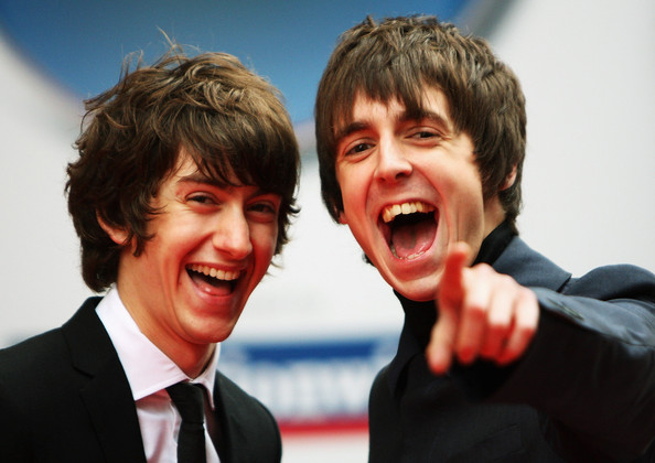 Alex Turner, vocalista do Arctic Monkeys, e Miles Kane